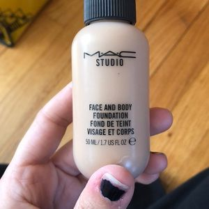 Mac face and body foundation color C4